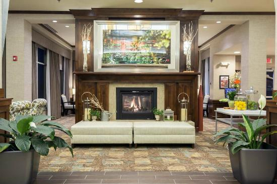 Hilton Garden Inn Billings: Lobby Fireplace