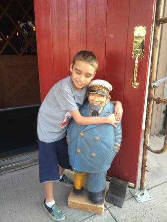 West Reading, Pennsylvanie : Jack hugging Jonesy outside the WRT