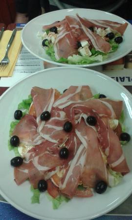 Le Blandonnet: Même les salades elles sont super et très genereuses. Dans la photo une salade italienne, avec j