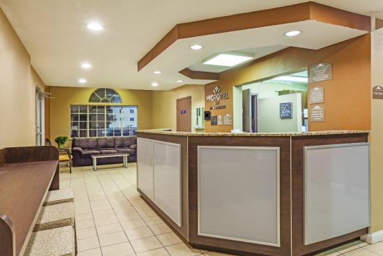 Microtel Inn & Suites by Wyndham Lexington: FRONT DESK