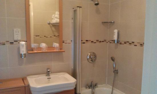 Balmoral Hotel: Very spacious and clean bathroom