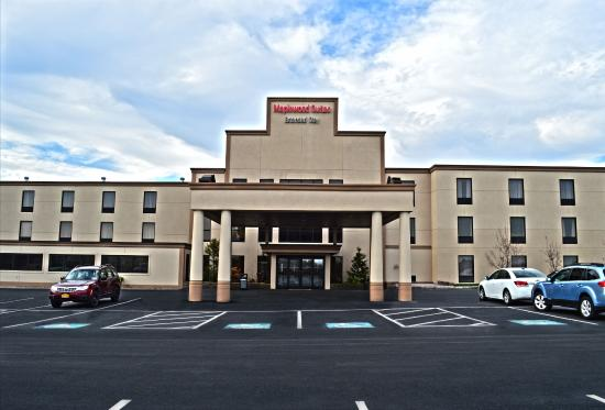 Maplewood Suites Extended Stay: Front entrance & parking