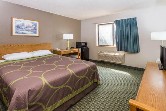 Super 8 St. Charles : King Bed Room