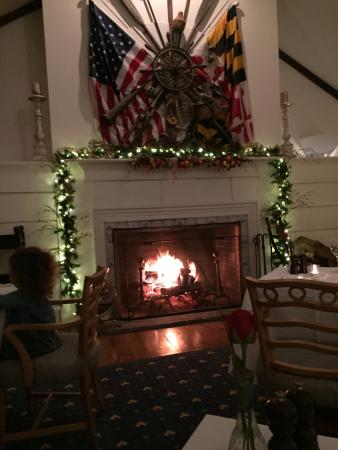 Inn at Perry Cabin by Belmond: Dining room's blazing fire