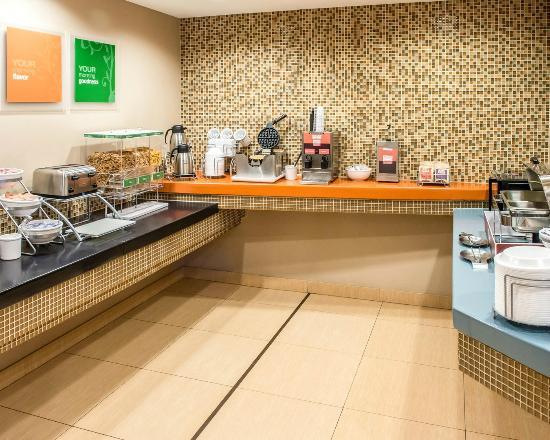 Comfort Inn & Suites: Breakfast area