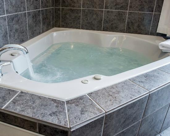 Comfort Inn & Suites: Two-person Jacuzzi