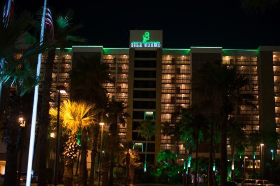 Isla Grand Beach Resort: Front of hotel at night