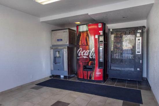 Motel 6 Phoenix - Northern Avenue: Vending