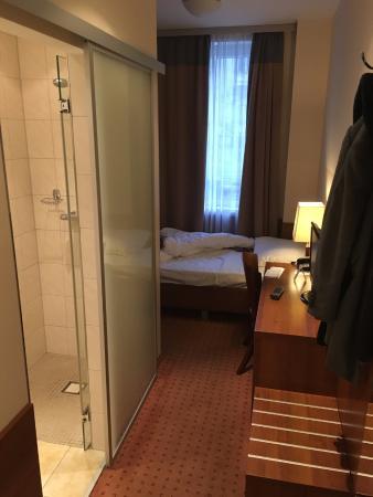 kleines einzelzimmer picture of ivbergs hotel charlottenburg berlin tripadvisor. Black Bedroom Furniture Sets. Home Design Ideas