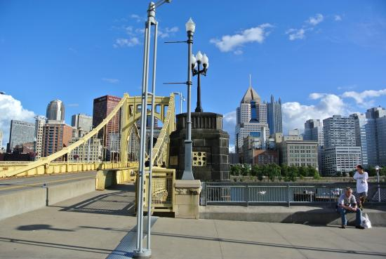 Roberto Clemente Bridge (Sixth Street Bridge): 黄色いはし