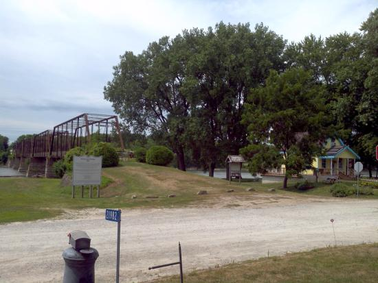 Mason House Inn and Caboose Cottage: Bentonsport bridge and Des Moines River
