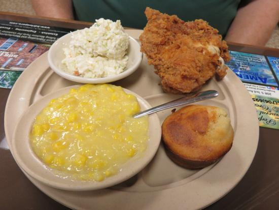 Chatsworth, Georgien: Fried Chicken, Coleslaw, Creamed Corn and Corn Muffin
