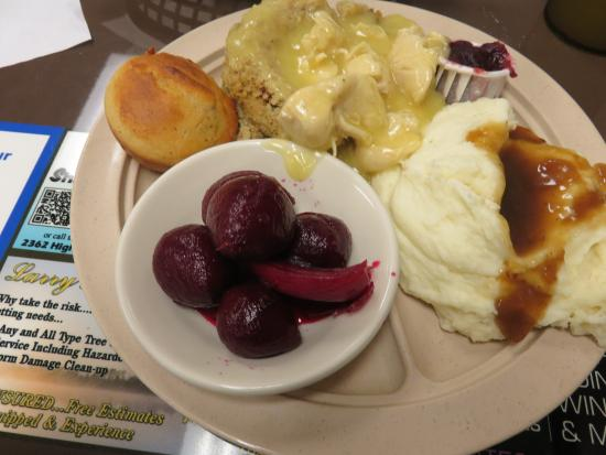 Chatsworth, Georgien: Chicken w/Gravy, Stuffing, Mashed Potatoes and Beets