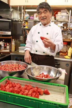 Kawazunosato: ご近所の苺農家さんから仕入れる苺は、朝食のデザートやジャムに使います。香りが違います。