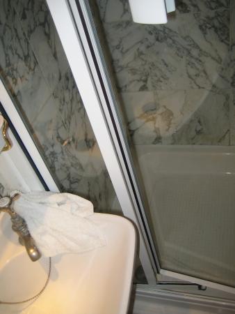 Portobello Hotel: cramped shower cubicle