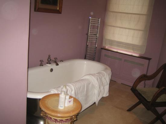 Portobello Hotel: Mauve walls and bath