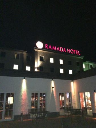 Ramada Frankfurt Airport West: Back with bar and restaurant to the right