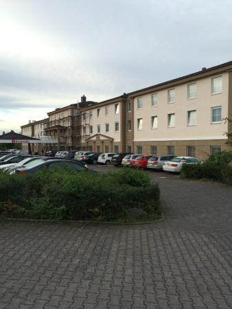 Ramada Frankfurt Airport West: Front with lots of parking