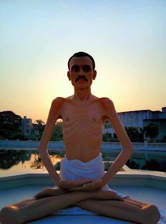 Shri Atmasiddhi Shastra Rachana Bhoomi: Shrimad Rajchandra statue in the middle of pond
