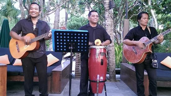 Legian Beach Hotel: Live entertainment at one of the bars