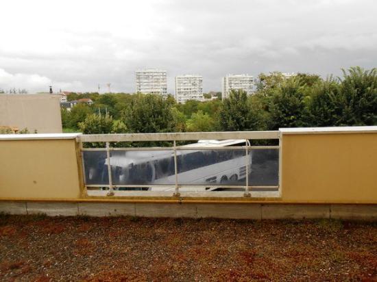 Hotel La Roseraie: Вид из окна номера