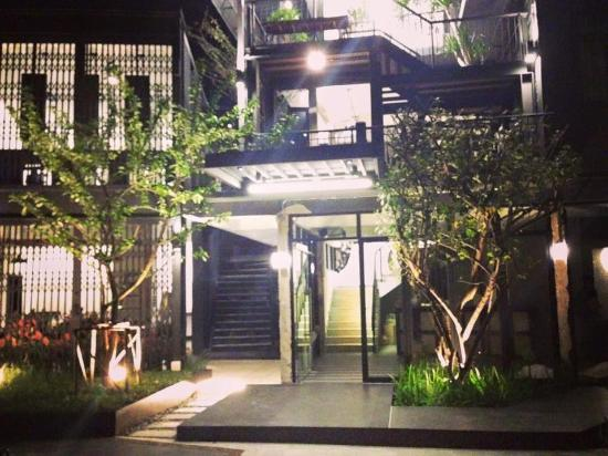 Oxotel Hostel: Exterior Night View