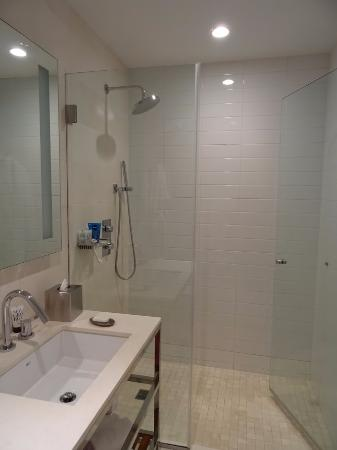 Cassa Hotel 45th Street New York: The bathroom with great shower head.