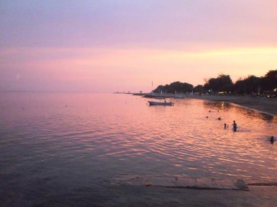 Zons op komst strand nabij rini hotel