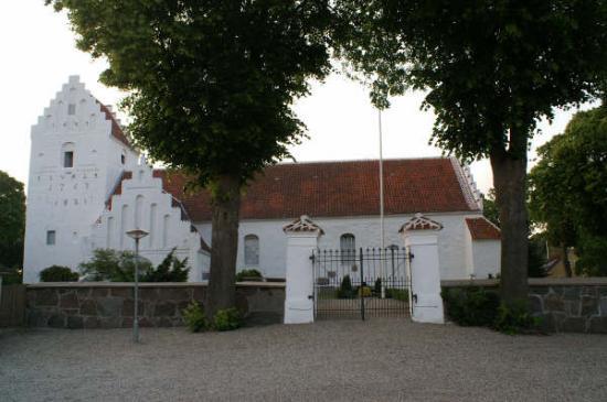 Rudkoebing, Dinamarca: Flot traditionel dansk kirke - der bl.a bliver brugt i forbindelse med bryllup på Skrøbelev gods