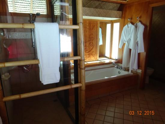 Bora Bora Pearl Beach Resort & Spa: Douche et bains du pilotis