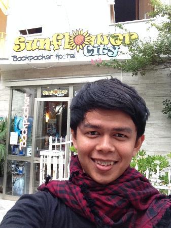 Sunflower City Backpacker Hostel & Bar: menhirup udara eropa yang sejuk tepat ketika saya berumur 24 tahun di depan hostel