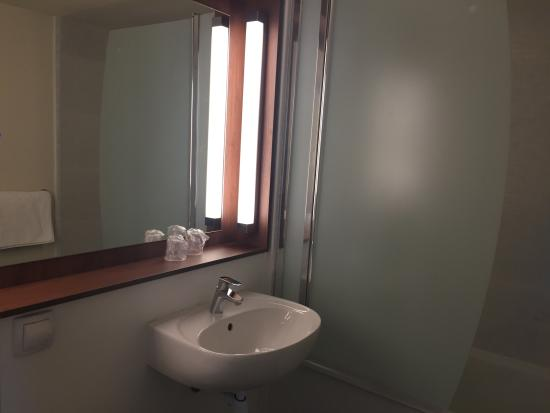 Campanile Dole : salle de bain renovée avec douche