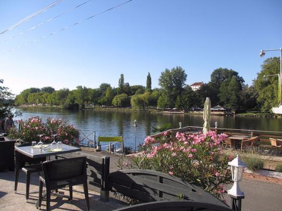 Brit Hotel Hotel du Parc Rive Gauche: Riverside restaurant nearby