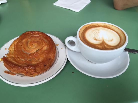 クイニーアマンとカフェラテでほっと一息