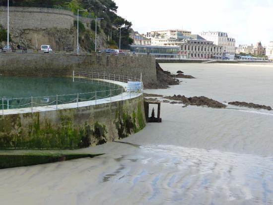 Alfred hitchcock et ses oiseaux picture of plage de l for Piscine dinard