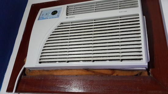 Coronado Beach Hotel: Habitacion 91 el aire pierde agua arriba de la cama