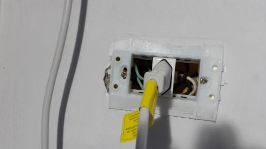 Coronado Beach Hotel: Habitacion 91 enchufes con cables al aire