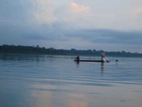 Tena, Ecuador: Lugareños realizando actividades de pesca a las 6:30 pm