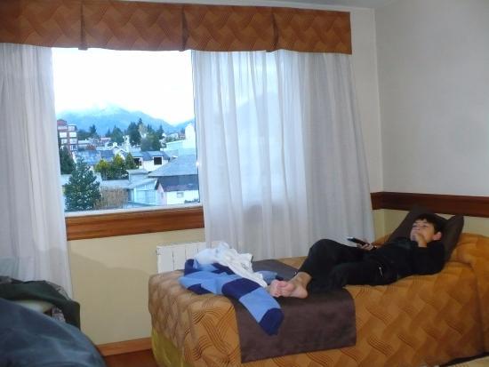 Hotel Patagonia Sur: En la habitacion mi hijo mirando la tv