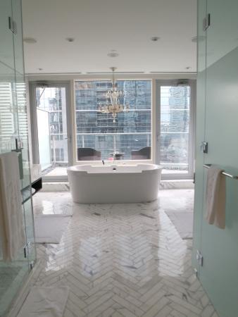 Shangri-La Hotel Toronto: Owner's Suite washroom.