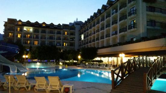 SENTIDO Palmet Resort: Hotel Rückseite mit Pool