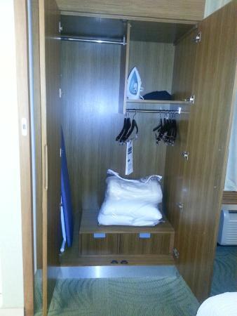 SpringHill Suites Durham Chapel Hill: Closet