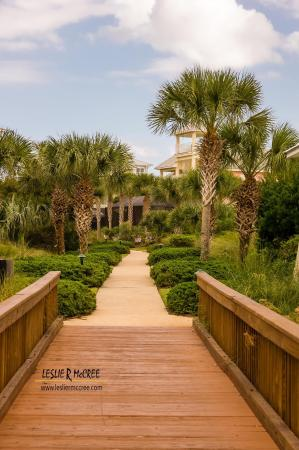 Cinnamon Beach at Ocean Hammock Beach Resort: Walkway from lake to condo
