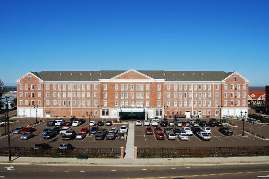 Natchez Grand Hotel: Hotel with Parking Lot