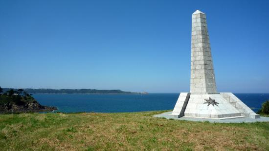 """Plage de la Mare: Le monument aux morts de la """"Frégate Laplace"""" surplombe la crique."""