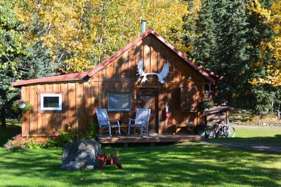 Kantishna Roadhouse: an autumn cabin