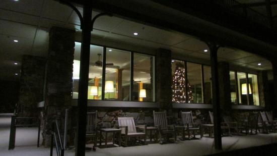 Queen Wilhelmina Lodge: Front porch at night