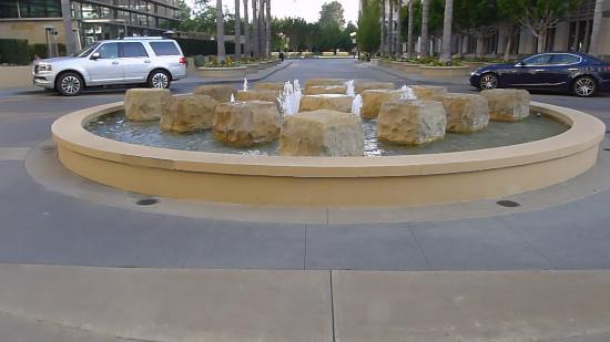 East Palo Alto, CA: Fountain in front of Hotel