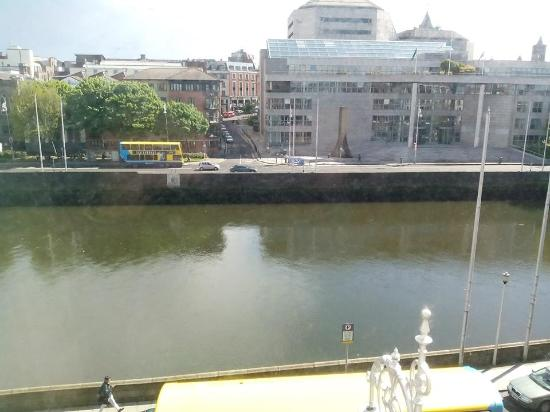 Inn on the Liffey: Vista dalla finestra, di fronte il comune di Dublino