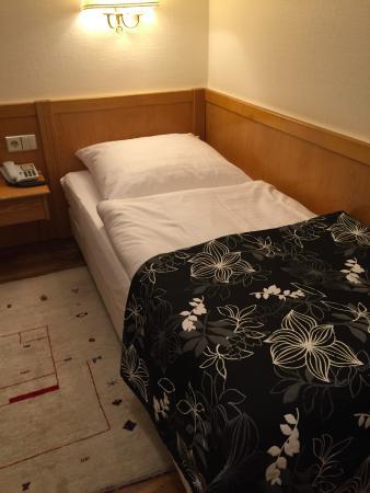 Butzbach, Tyskland: ベッドは幅が狭いです